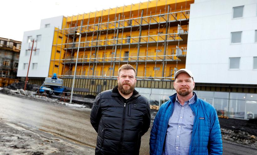 Stefán R. Dagsson verslunarstjóri og Þórarinn Ævarsson framkvæmdastjóri fyrir utan ...