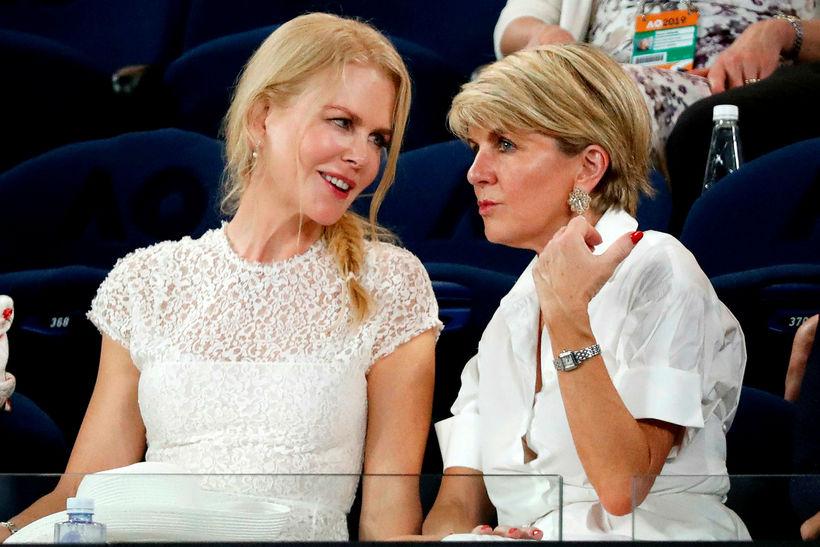 Hér sést Julie Bishop ræða við leikkonuna Nicole Kidman.