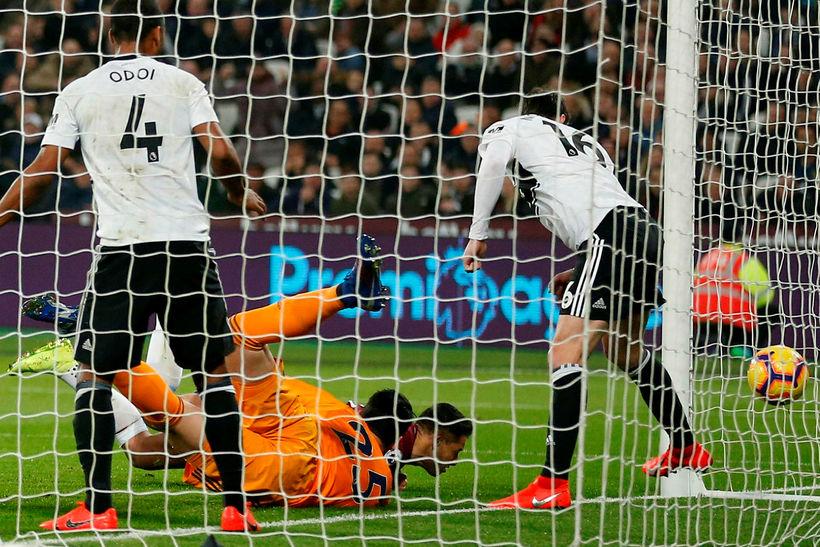 Boltinn lekur inn í mark Fulham eftir að Javier Hernández ...