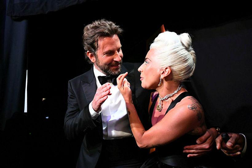 Hver veit nema Cooper og Lady Gaga sameinist á sviðinu ...