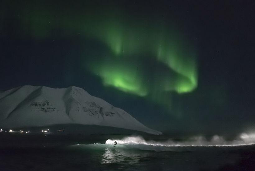 Það er töfrum líkast að vera á brimbretti undir norðurljósadansi.