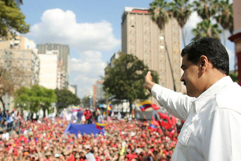 Nicolas Maduro forseti Venesúela ávarpar stuðningsmenn sína við forsetahöllina í ...