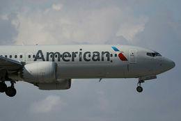 Boeing 737 Max 8-flugvél American Airlines kemur inn til lendingar á alþjóðaflugvellinum í Miami í dag.
