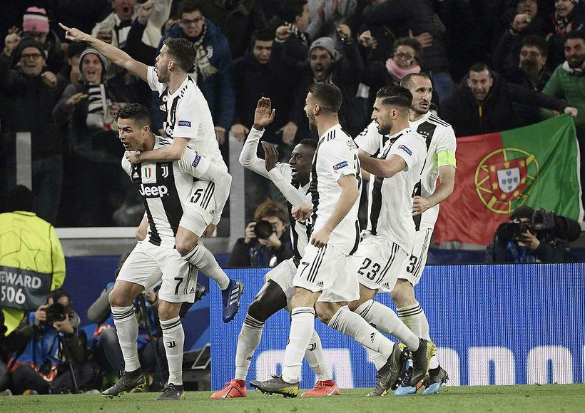 Leikmenn Juventus fagna marki Cristiano Ronaldo í gærkvöld.