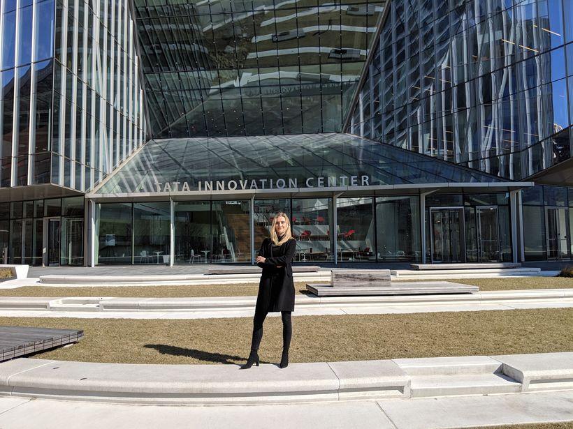 Guðrún Svava fyrir utan Tata Innovation Center sem er skólabygging ...