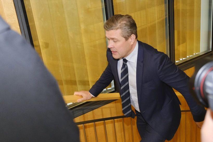 Bjarni Benediktsson fjármálaráðherra á leið á þingflokksfund á Alþingi í ...