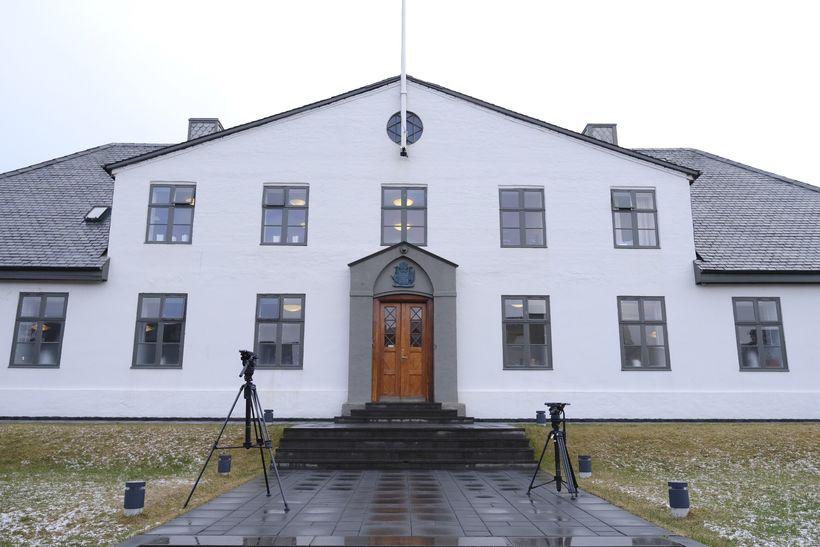 Búið er að stilla upp myndavélum fyrir utan stjórnarráðið.