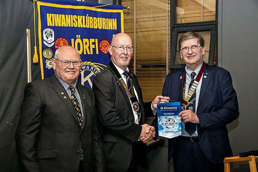 Bernhard Jóhannesson, fráfarandi forseti Kiwanisklúbbsins Jörfa í Reykjavík, Guðmundur H. ...