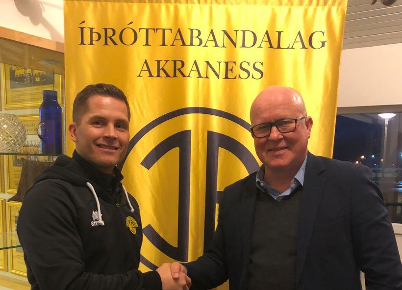 Jóhannes Karl Guðjónsson og Magnús Guðmundsson, formaður KFÍA, handsala samninginn.