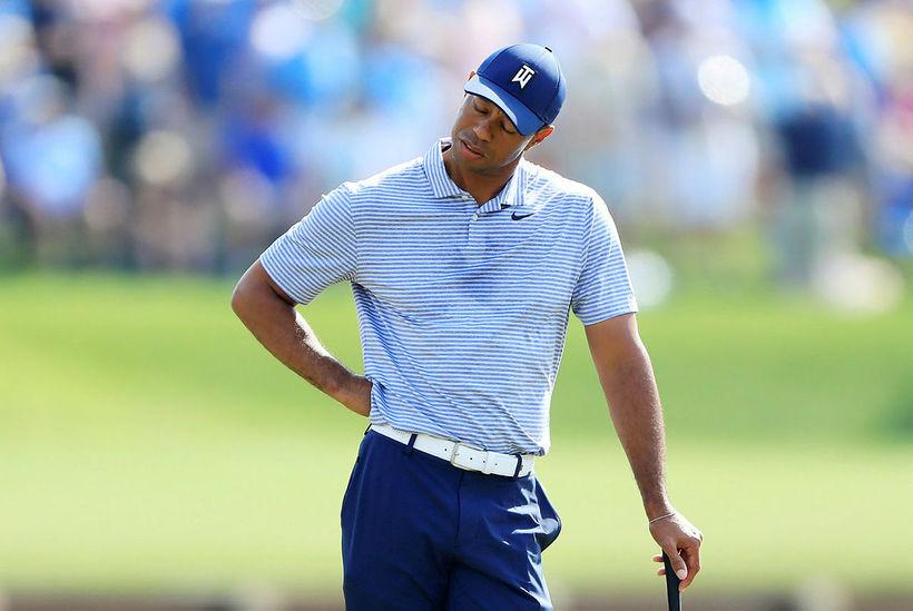 Tiger Woods stendur á 17. flötinni í dag og botnar ...