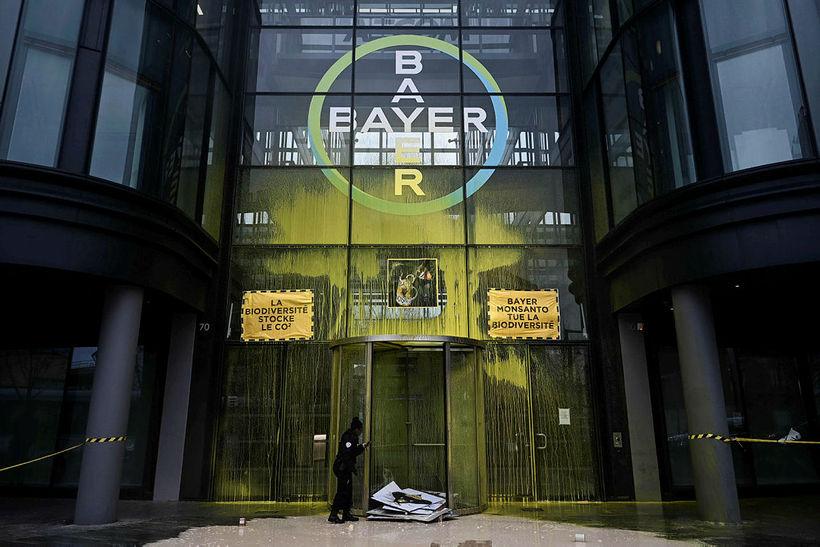 Skemmdarverk voru unnin á skrifstofum Bayer í París á dögunum ...