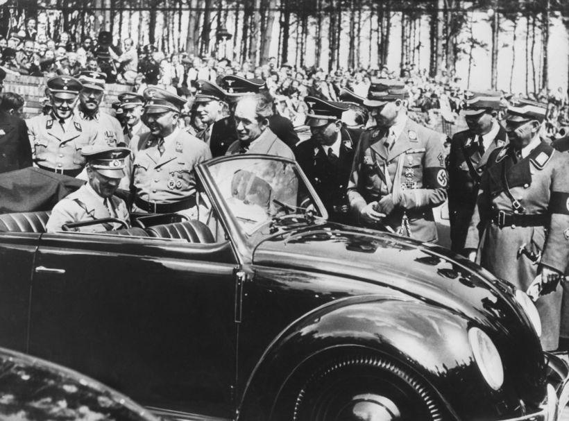 Adolf Hitler skoðar Bjöllu úr verksmiðjum Volkswagen-verksmiðjunnar.