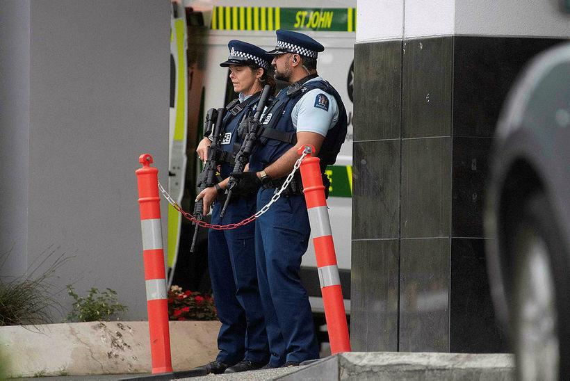 Lögreglan stendur vörð við sjúkrahúsið í Christchurch.
