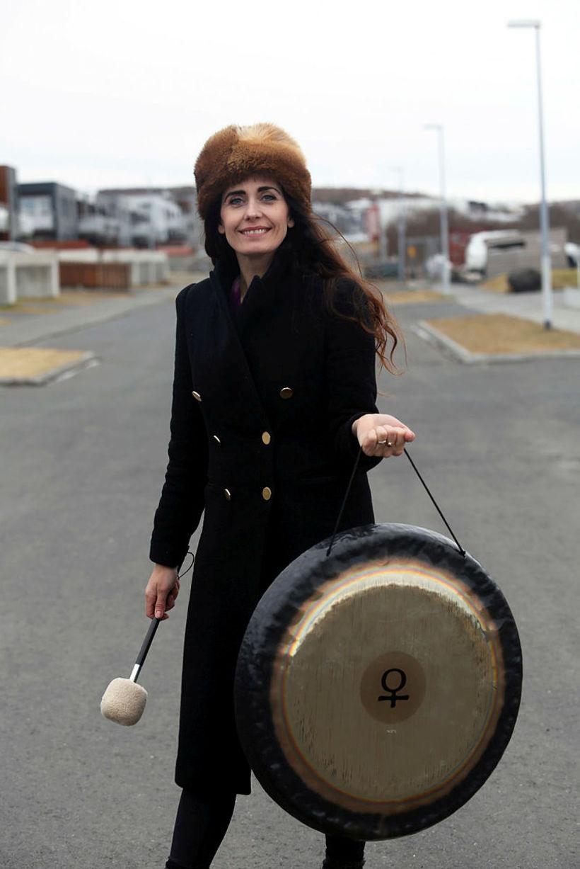 Laufey notar gong í Kyrrðarjóga.