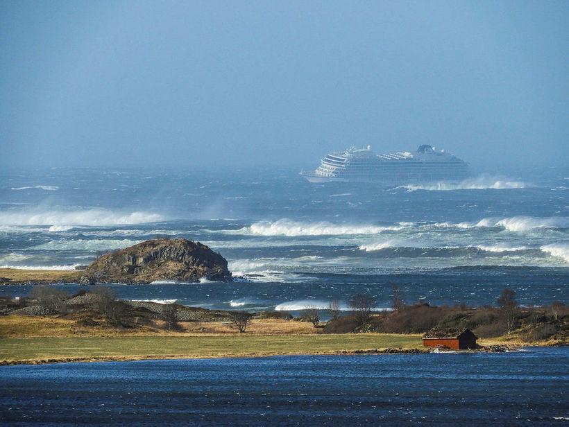 Hægt gengur að koma farþegunum 1.300 frá borði vélarvana skipsins …