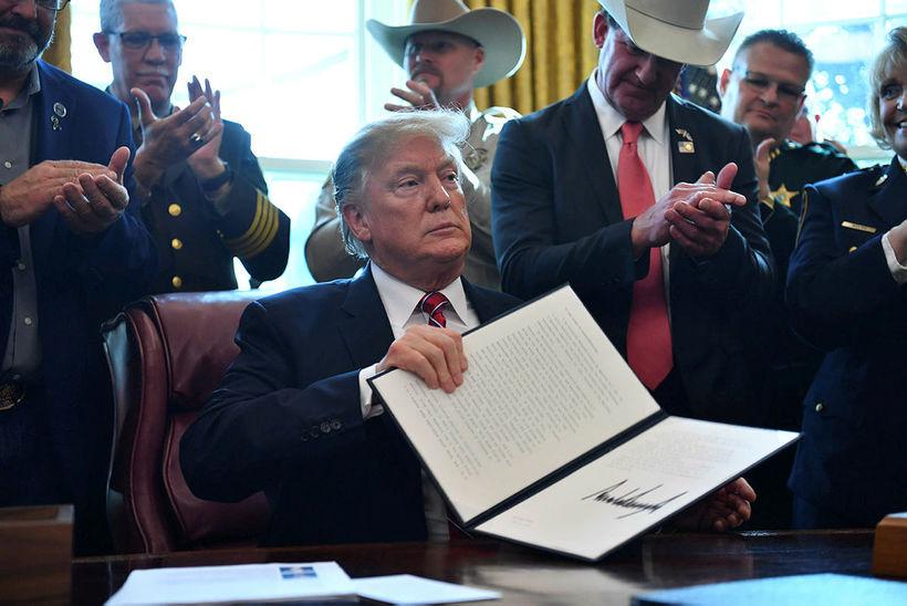 Trump undirritaði tilskipun um beitingu neitunarvalds síns í dag.