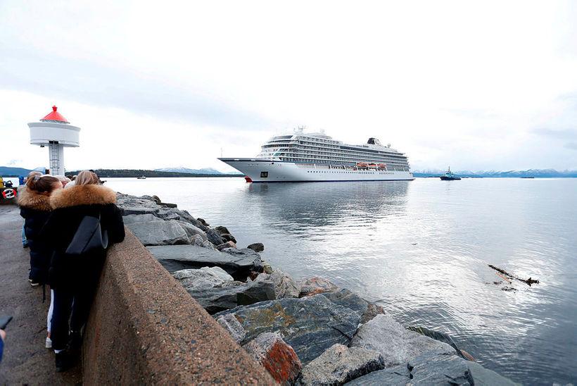 Viking Sky á leið inn í höfnina.