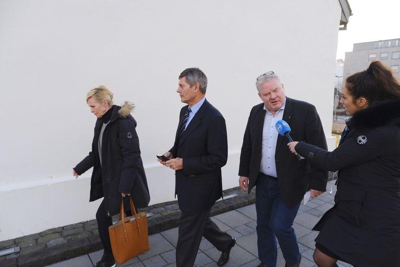 Michael Ridley er annar frá vinstri á leiðinni úr Stjórnarráðinu.