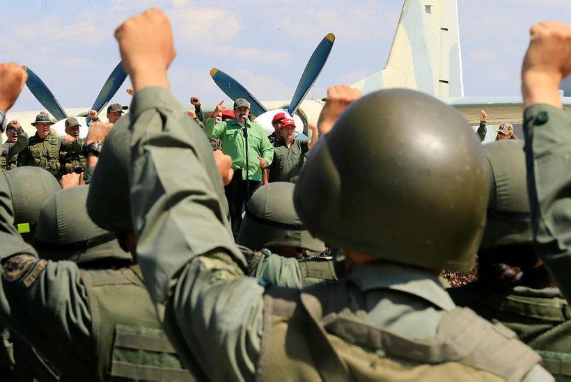 Nicolas Maduro, forseti Venesúela, flytur hér ávarp á svæði flughersins ...