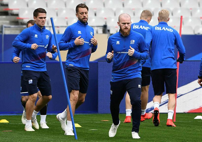 Aron Einar Gunnarsson mun leiða Ísland inn á Stade de ...