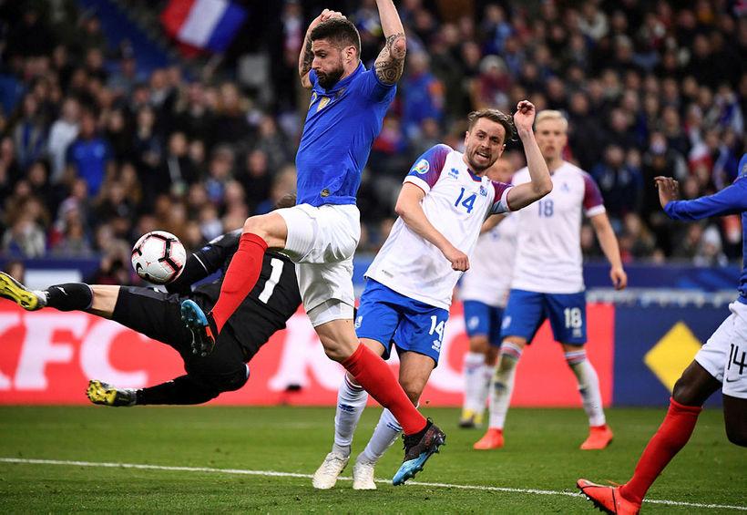 Olivier Giroud að skora annað mark Frakka á Stade de ...