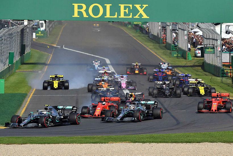 Valtteri Bottas (l.t.v.) skaust fram úr Lewis Hamilton á fyrstu ...