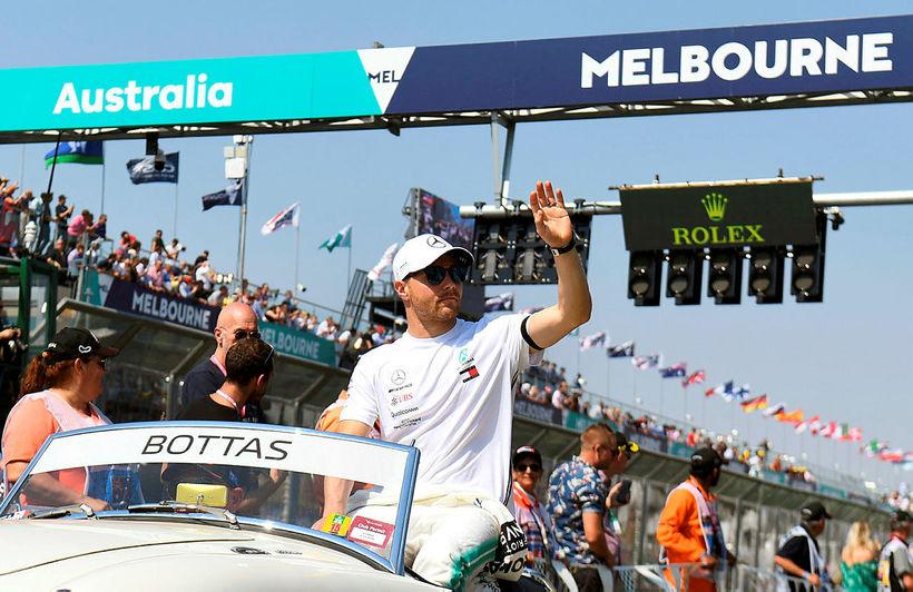 Valtteri Bottas á heiðurshring rétt fyrir kappaksturinn í Melbourne.