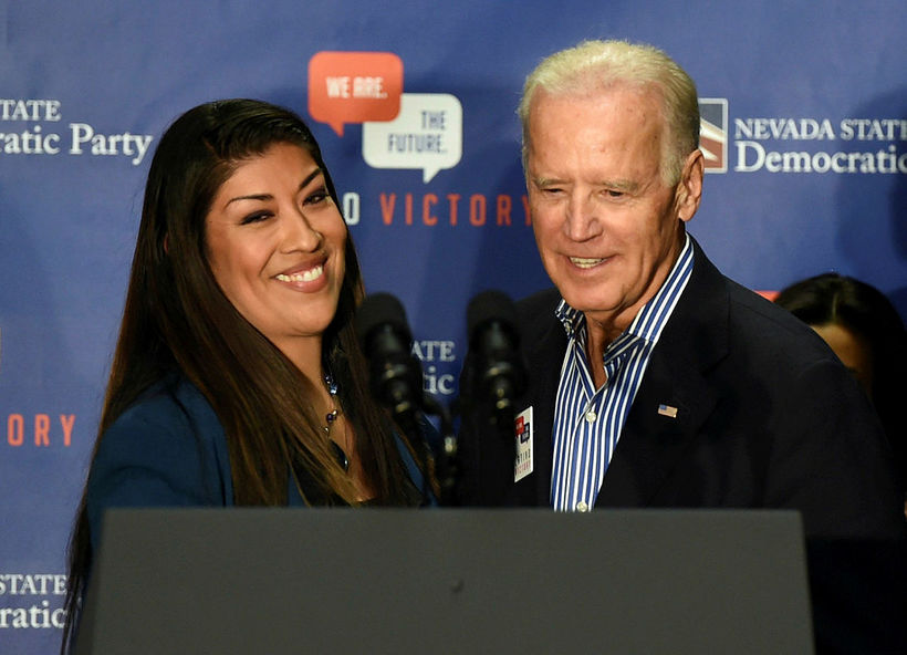 Lucy Flores og Joe Biden.