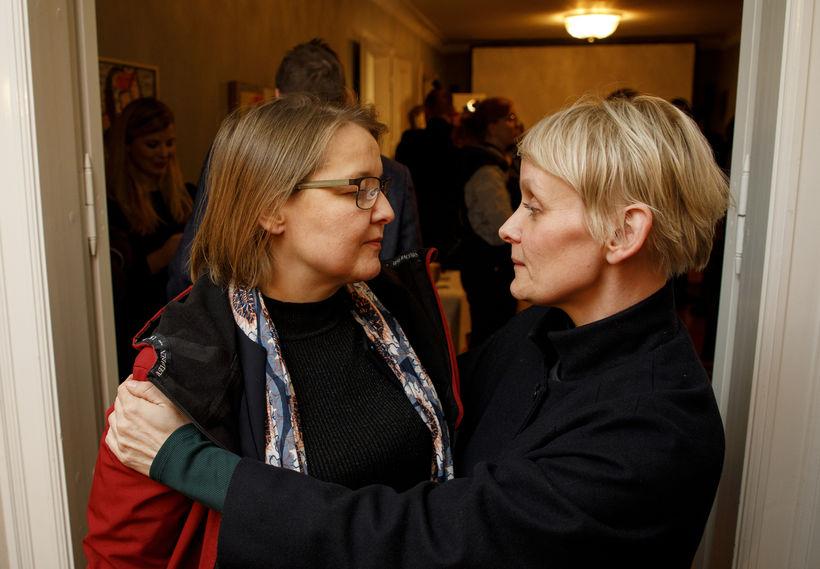 Drífa Snædal og Sólveig Anna Jónsdóttir skrifa undir yfirlýsinguna.
