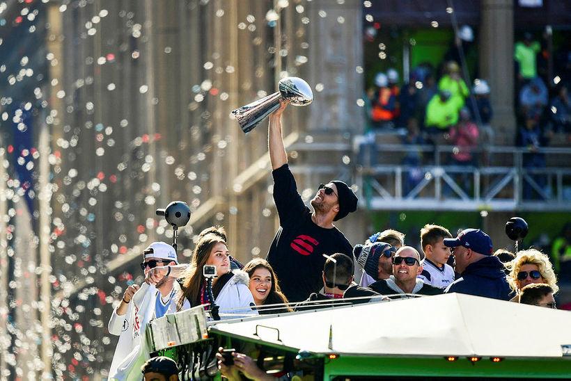 Tom Brady fagnar sigrinum í NFL í vetur.
