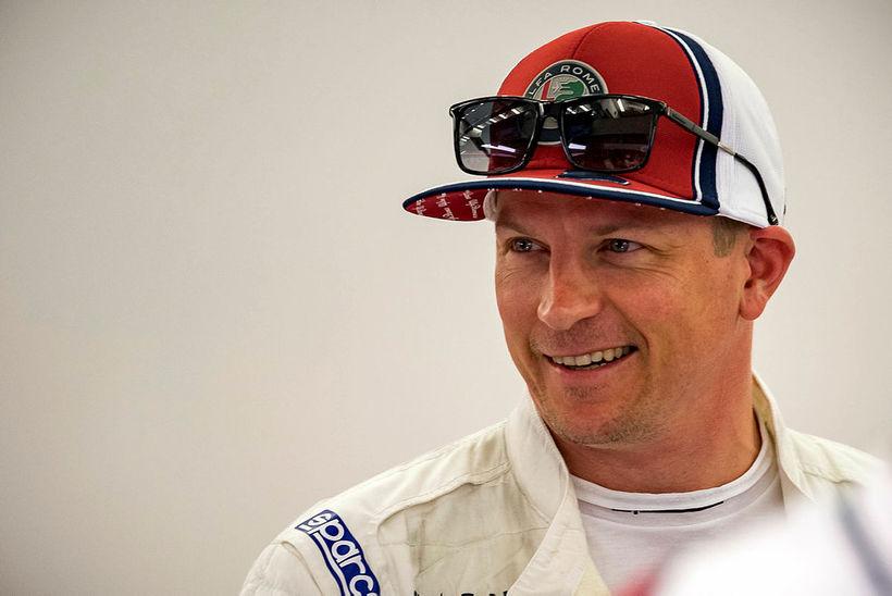 Kimi Räikkönen kátur milli aksturslota í Barein.