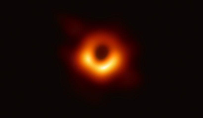 Event Horizon Telescope (EHT) eða Sjóndeildarsjónaukinn – risaröð átta samtengdra ...
