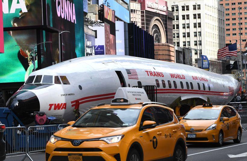 TWA flugvélin fer um Times torgið í New York.