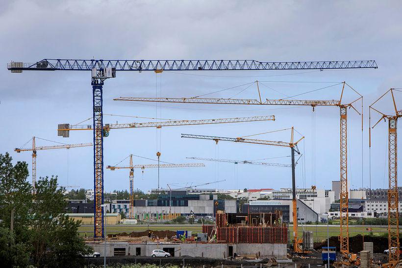Byggingakranar við Reykjavíkurflugvöll.