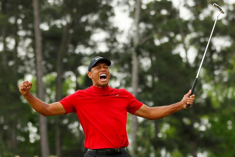 Tiger Woods fagnar sigri sínum í gær.