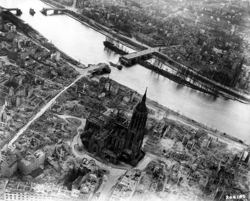 Frankfurt eftir loftárásir bandamanna við lok síðari heimsstyrjaldarinnar.