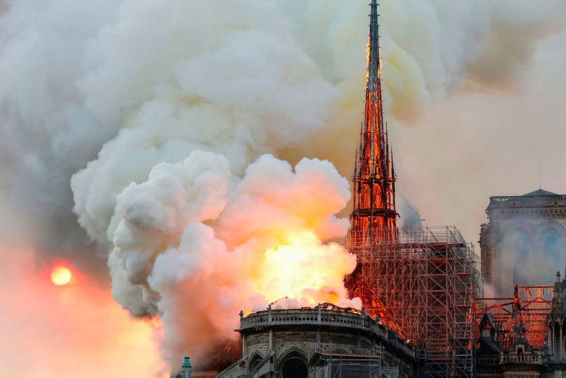 Notre-Dame kirkjan er í ljósum logum.