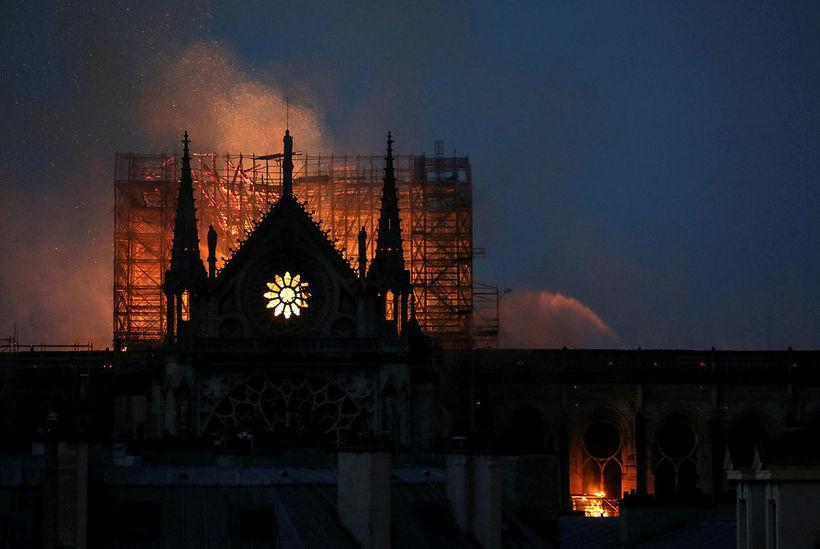 Notre Dame-kirkjan, eitt helsta kennileiti Parísarborgar, stendur í ljósum logum.