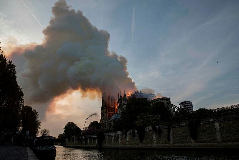 Reyk og eld lagði frá Notre Dame.
