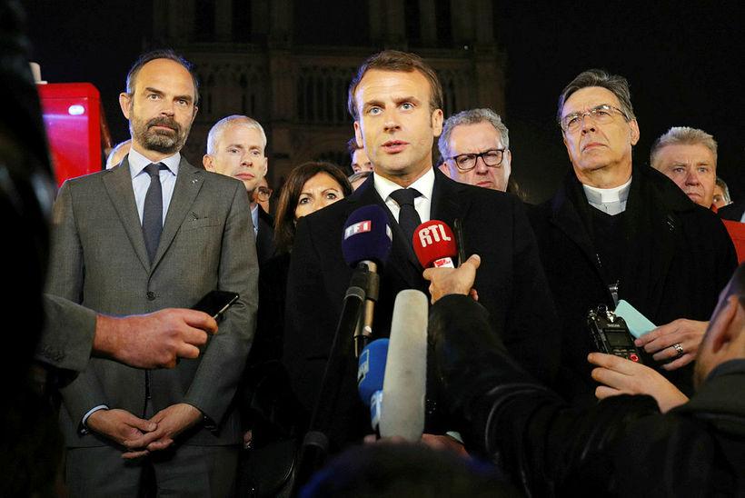 Emmanuel Macron hét því í kvöld að endureisa Notre Dame.
