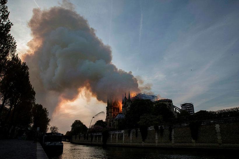 Notre Dame varð nær alelda á stuttum tíma.
