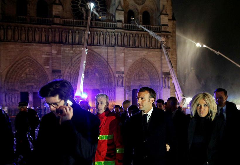 Emmanuel Macron og eiginkona hans Brigitte fyrir utan Notre Dame ...