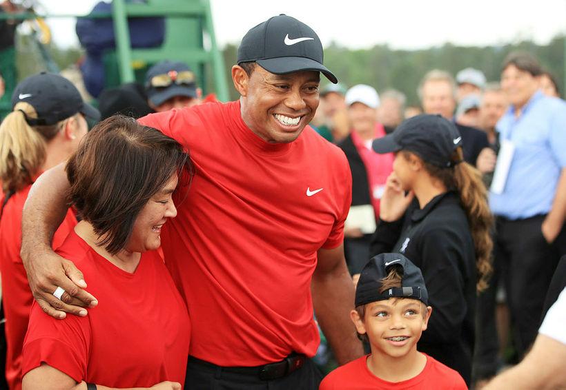 Tiger Woods fagnaði með syni sínum, Charlie Axel.