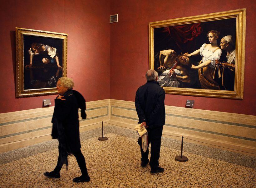 Tvö af þremur málverkum eftir Caravaggio sem sýnd eru í …