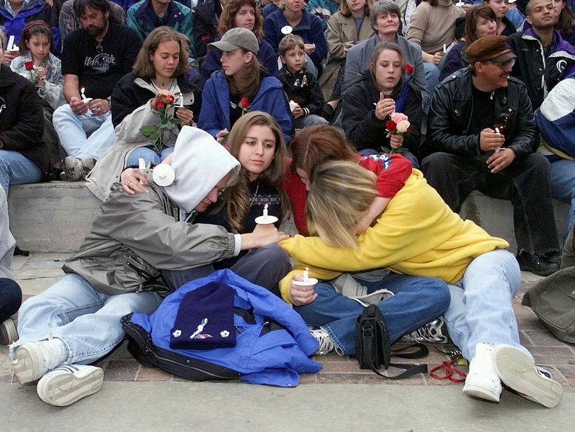 21. apríl 1999: Nemendur við Columbine-menntaskólann syrgja samnemendur sína og …