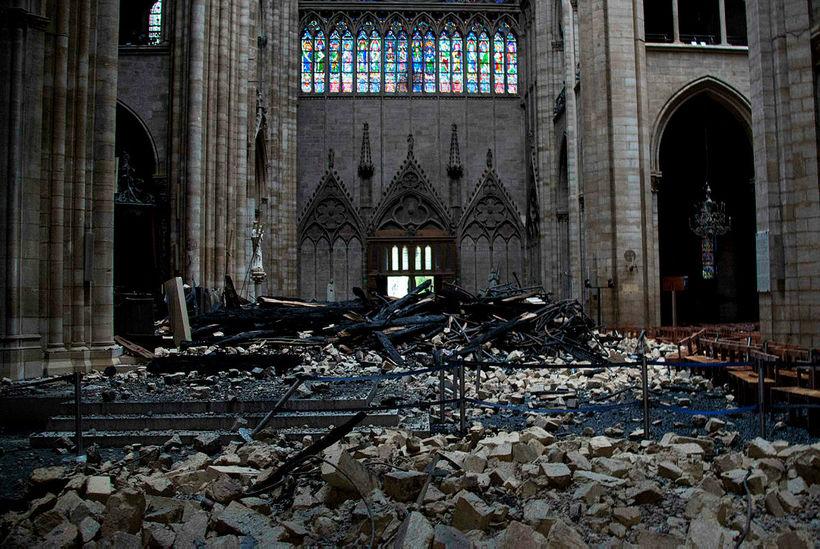 Talið er að það taki mánuði að hreinsa Notre Dame ...