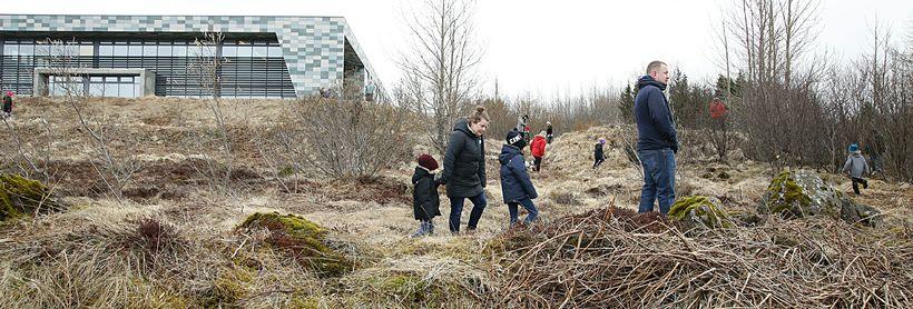 Margir krakkanna nutu dyggrar aðstoðar foreldra sinna við leitina.