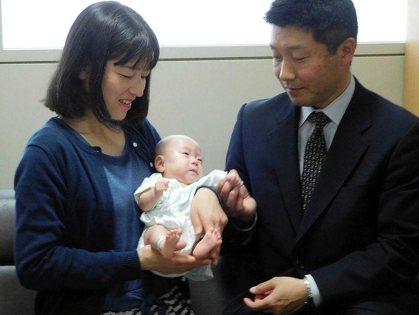 Ryusuke Sekiya, sex mánaða, ásamt foreldrum sínum á Naganu-barnaspítalanum í ...