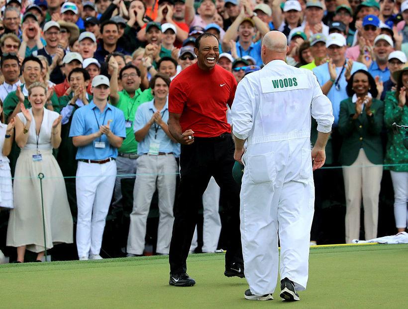 Tiger Woods fagnar sigri á Masters.
