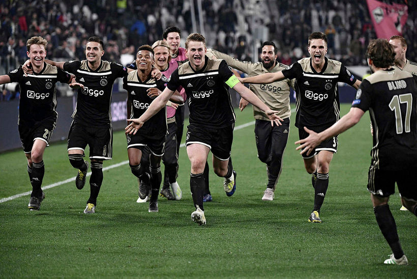Leikmenn Ajax fagna sigri á Juventus.